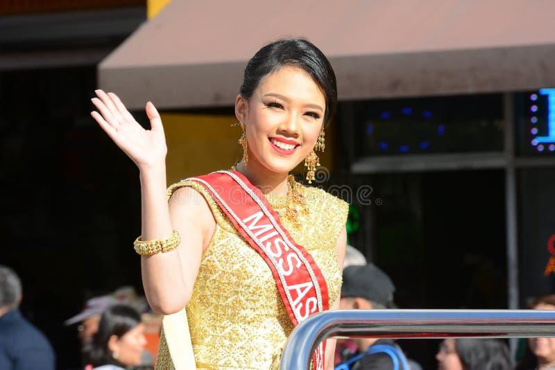 Wellen Fräuleins Asia USA zur Menge an der Parade Los Angeles-Chinesischen Neujahrsfests stockbilder