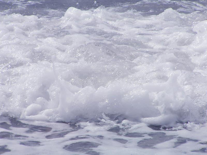 Wellen mit Schaumgummi lizenzfreie stockfotografie