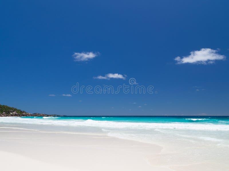 Wellen mit weißem Schaum lizenzfreie stockfotografie