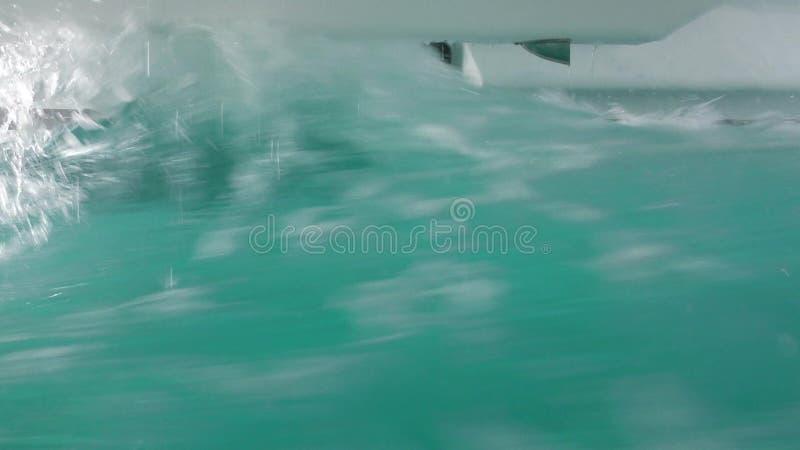 Wellen schlagen die Katamaranrümpfe zu, während wir durch schweren See umziehen, wie gesehen vom Notentweichenfenster stock video footage