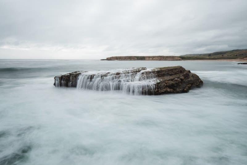 Wellen stoßen auf dem vier Meilen-Strand nördlich Santa Cruzs zusammen lizenzfreie stockfotos