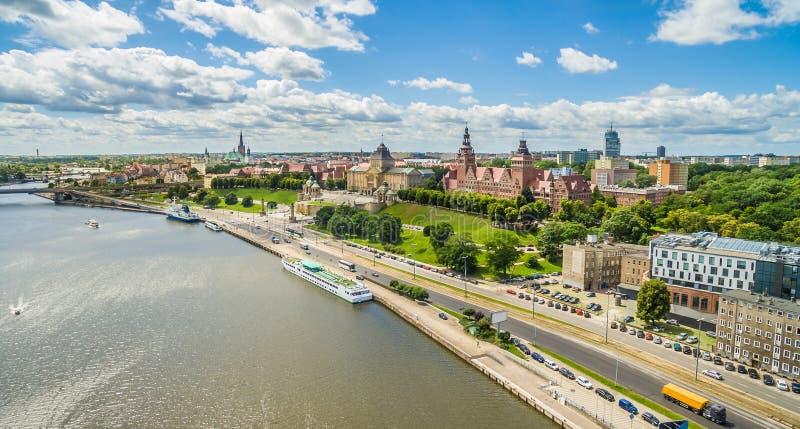 Wellen Szczecin - Chrobry und Odra-Flussdamm Stadtlandschaft mit Vogel ` s Augenansicht lizenzfreie stockfotografie