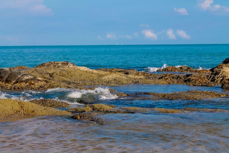 Wellen am Türkis wässern auf sandigem Ozean- oder Seestrand lizenzfreie stockbilder