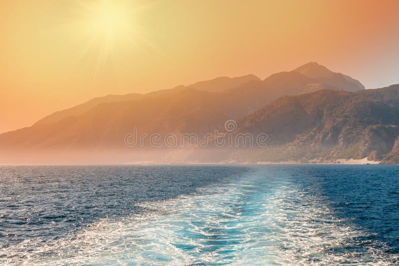 Wellen verursacht durch Kreuzschiff auf dem Hintergrund lizenzfreie stockbilder