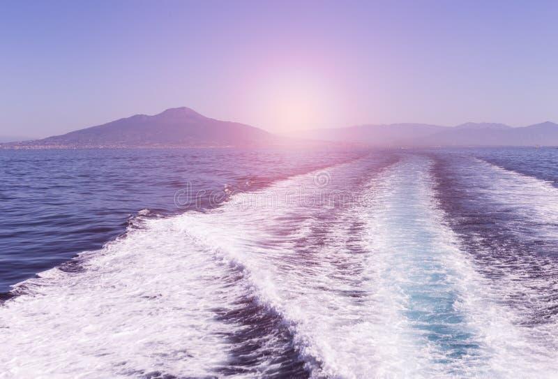 Wellen von einem Schnellboot auf dem Wasser tauchen in das Meer auf Sonnenuntergang auf Natürlicher und Feiertagshintergrund lizenzfreie stockfotos