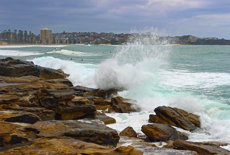 Wellen, welche die Felsen im männlichen Strand, Sydney schlagen stockfotos