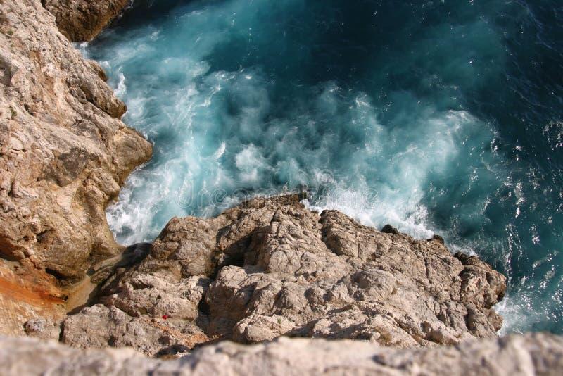 Wellen, welche die Felsen schlagen lizenzfreies stockfoto