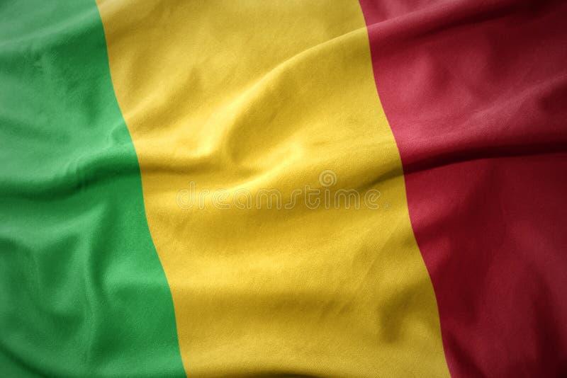 Wellenartig bewegende bunte Flagge von Mali stockfotografie