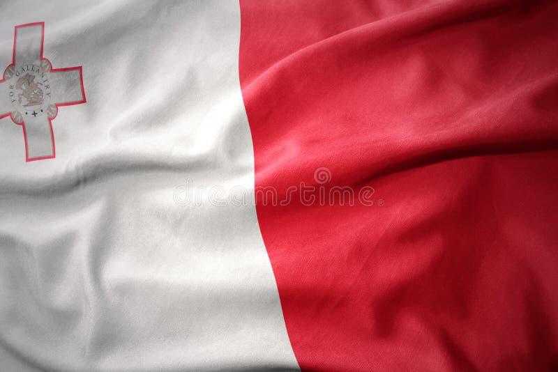 Wellenartig bewegende bunte Flagge von Malta lizenzfreie stockfotografie