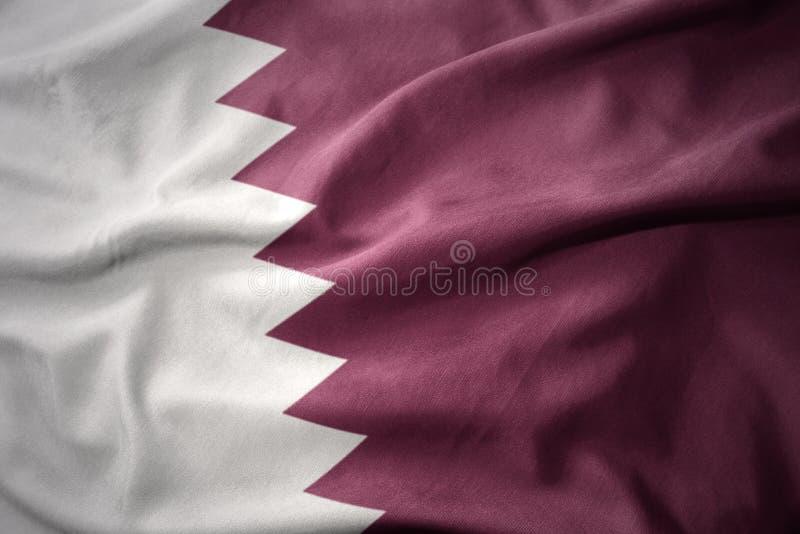 Wellenartig bewegende bunte Flagge von Qatar stockfoto