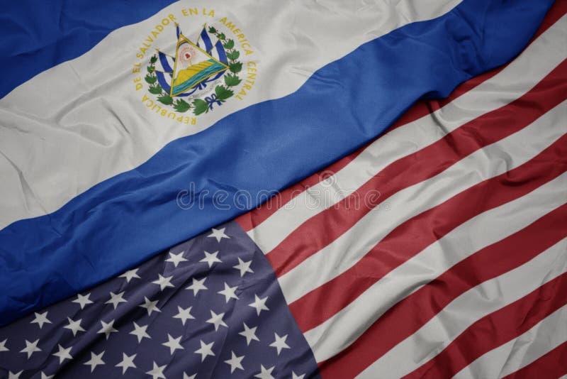 wellenartig bewegende bunte Flagge von Staaten von Amerika und Staatsflagge von El Salvador lizenzfreie stockfotografie