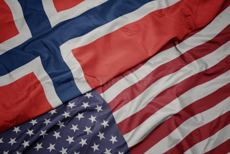 wellenartig bewegende bunte Flagge von Staaten von Amerika und Staatsflagge von Norwegen Makro lizenzfreies stockfoto