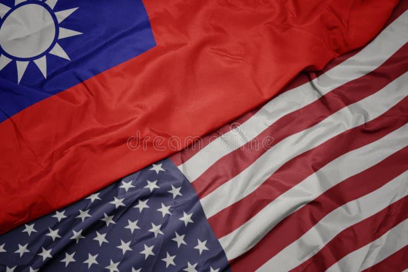 wellenartig bewegende bunte Flagge von Staaten von Amerika und Staatsflagge von Taiwan stockbilder