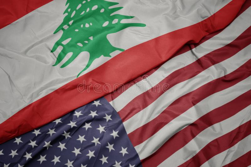 wellenartig bewegende bunte Flagge von Staaten von Amerika und Staatsflagge vom Libanon lizenzfreie stockfotos