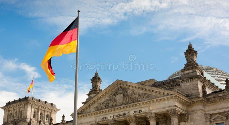 Wellenartig bewegende deutsche Flagge über dem Reichstag-Gebäude in Berlin lizenzfreies stockfoto