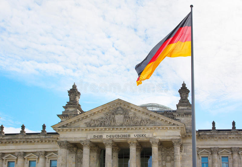 Wellenartig bewegende deutsche Flagge über dem Reichstag-Gebäude in Berlin lizenzfreie stockfotos