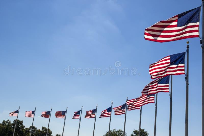 Wellenartig bewegende Flaggen stockfotos