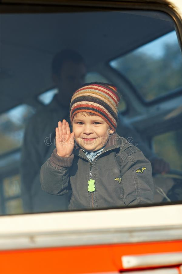 Wellenartig bewegende Hand des kleinen Jungen stockbilder