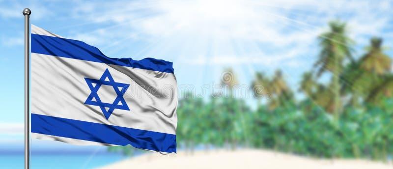 Wellenartig bewegende Israel-Flagge im sonnigen blauen Himmel mit Sommerstrandhintergrund Machen Thema, Feiertagskonzept Urlaub lizenzfreie stockbilder
