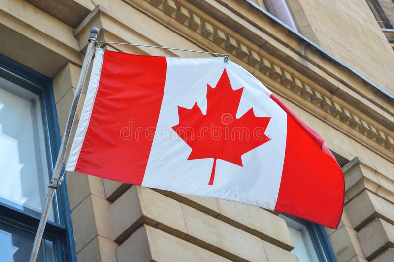 Wellenartig bewegende kanadische Markierungsfahne stockbild