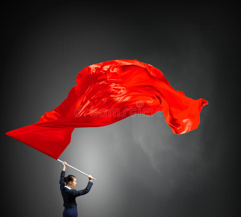 Wellenartig bewegende rote Fahne der Frau stockfoto