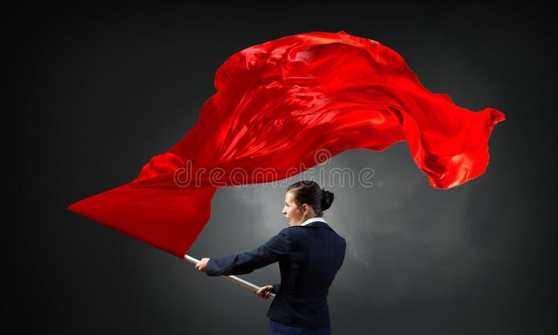Wellenartig bewegende rote Fahne der Frau Gemischte Medien stockfotos