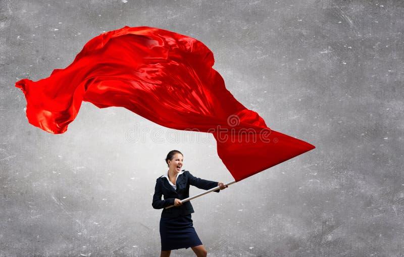 Wellenartig bewegende rote Fahne der Frau Gemischte Medien lizenzfreie stockfotos