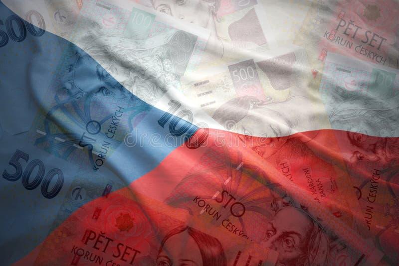 wellenartig bewegende tschechische Flagge auf einem tschechischen Kronengeldhintergrund stockfotos