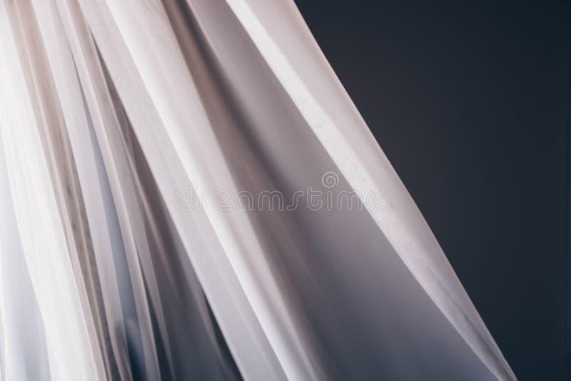 Wellenartig bewegender Vorhang-weißer transparenter Gewebe-Stoff stockfotos