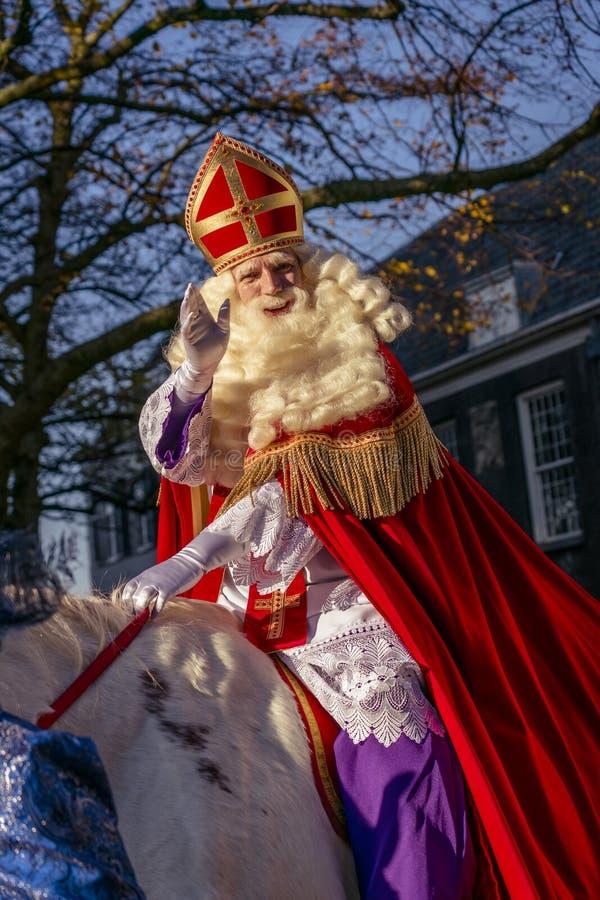 Wellenartig bewegendes und lächelndes Sinterklaas lizenzfreies stockbild