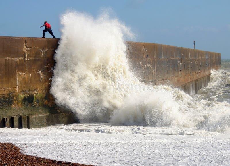 Wellenbrechen lizenzfreie stockfotografie