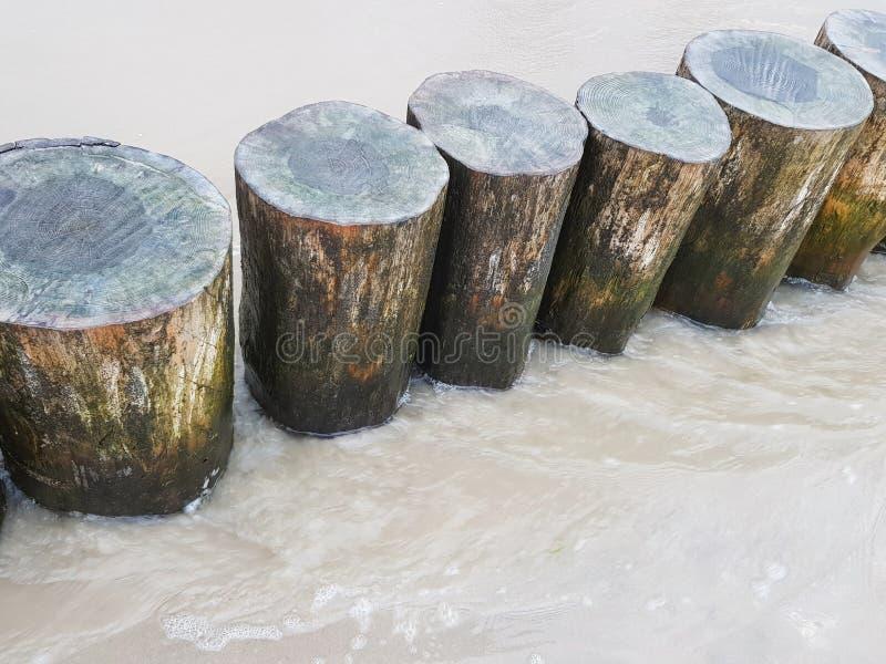 Wellenbrecher auf dem Strand stockfotos