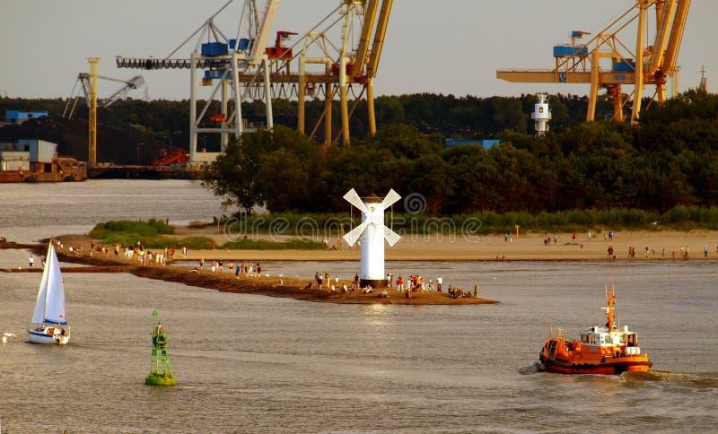 Wellenbrecher, Windmühle und Hafen Swinoujscie lizenzfreies stockbild