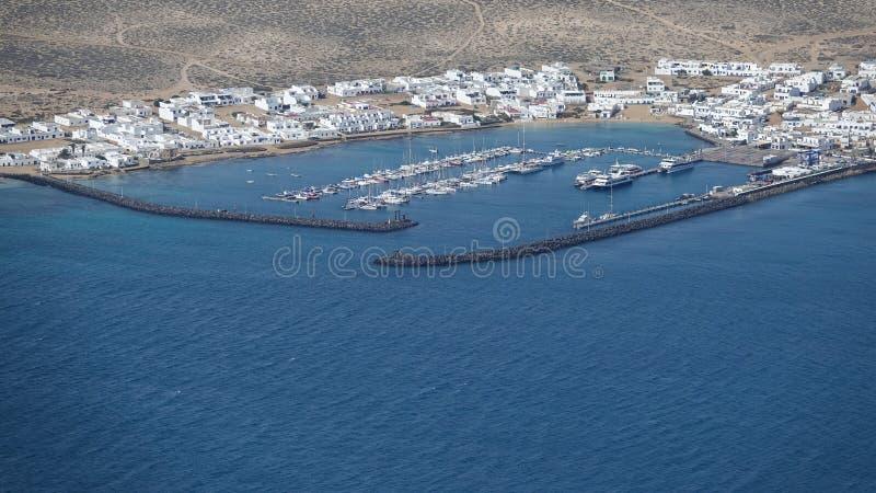 Wellenbrecherstruktur bei Caleta Del Sebo lizenzfreie stockfotos