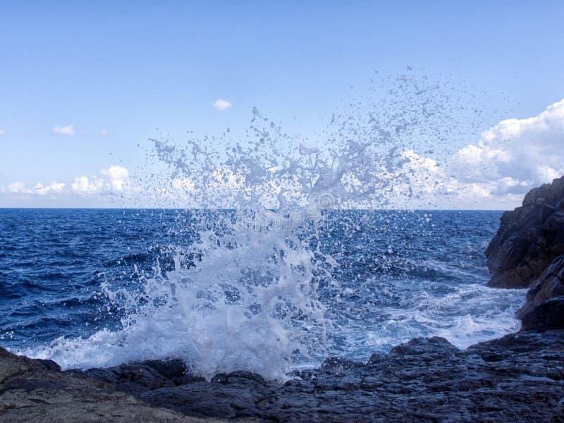 Wellenknalle auf den Felsen lizenzfreie stockfotografie