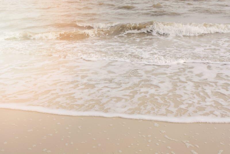 Wellenkräuselungen auf sandigem Strand stockfoto