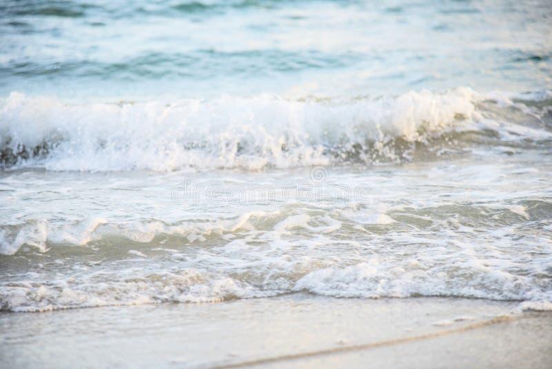 Wellenstrand-Hintergrundmeer und sandiger sch?ner blauer Ozean lizenzfreie stockfotografie