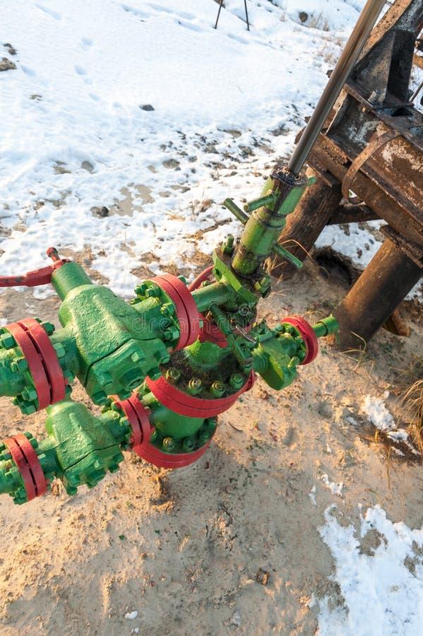 Wellhead масла с armature клапана Тема нефтяной промышленности нефти и газ Концепция нефти стоковое фото