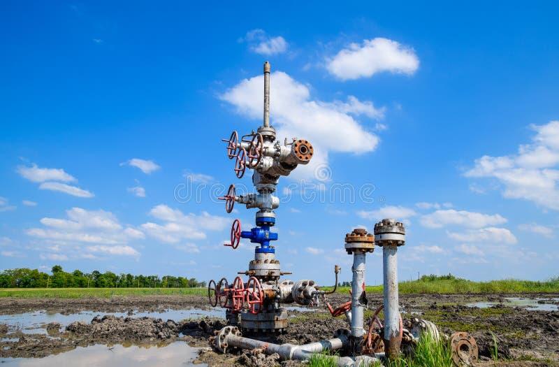 Нефтяная скважина после ремонта в грязи и лужицах стоковое изображение rf