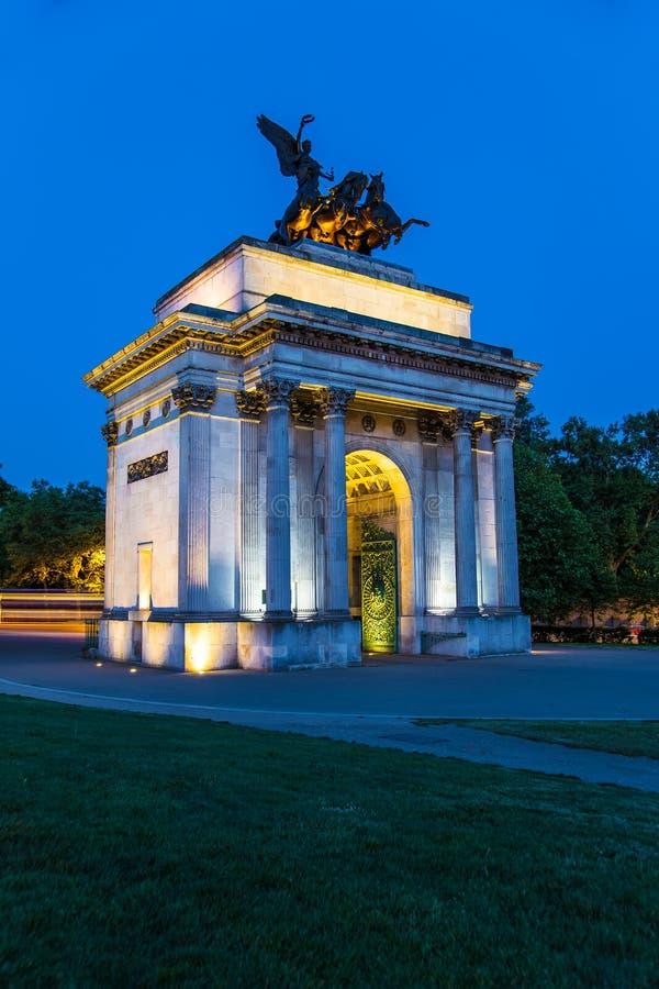 Wellington łuk Londyn przy nocą obrazy royalty free