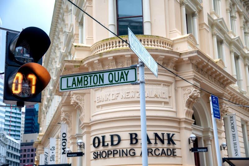 WELLINGTON, NOUVELLE-ZÉLANDE - 5 septembre 2018 : Plaque de rue de quai de Lambton sur le bord de mer de ville Wellington attire  photographie stock libre de droits