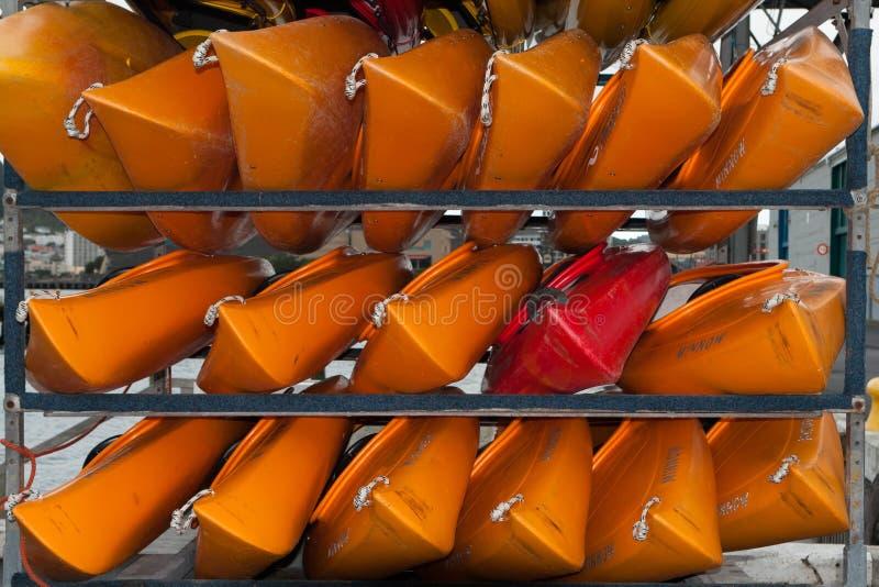 WELLINGTON, NUEVA ZELANDA - 2 DE JUNIO DE 2012: Una pila de rojo y de yello imágenes de archivo libres de regalías