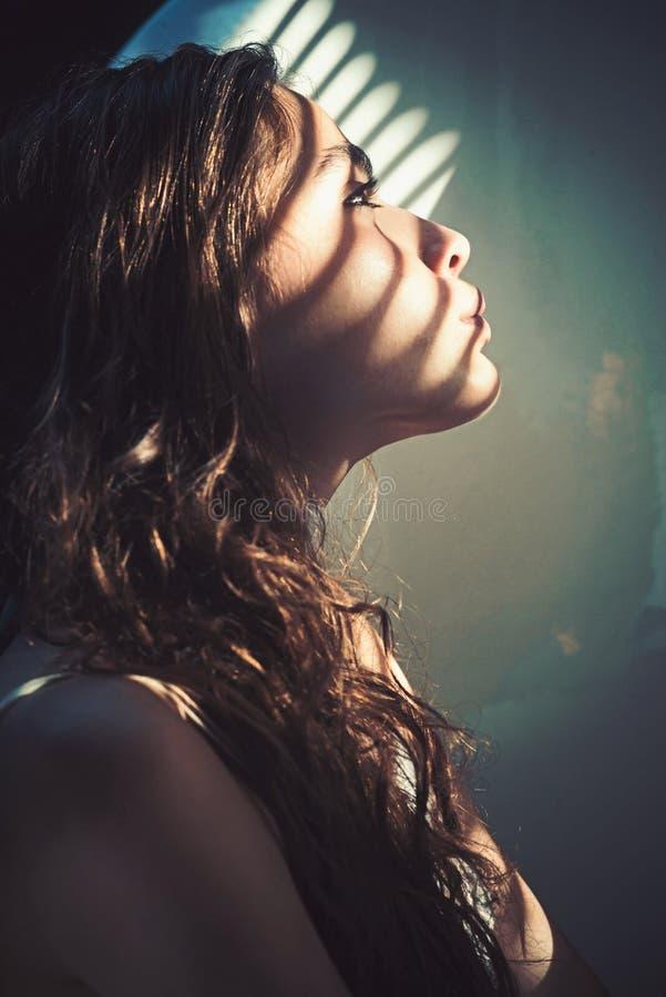 Wellness και υγεία SPA Γυναίκα με το φως και σκιά από τα παραθυρόφυλλα στο νέο δέρμα προσώπου Η γυναίκα με το φυσικό makeup χαλαρ στοκ εικόνες