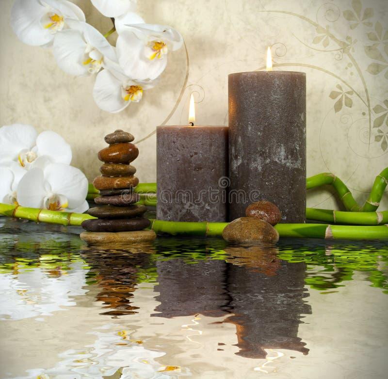 Wellness-Badekurort mit Blumen, Wasser und Kerzen lizenzfreie stockfotografie