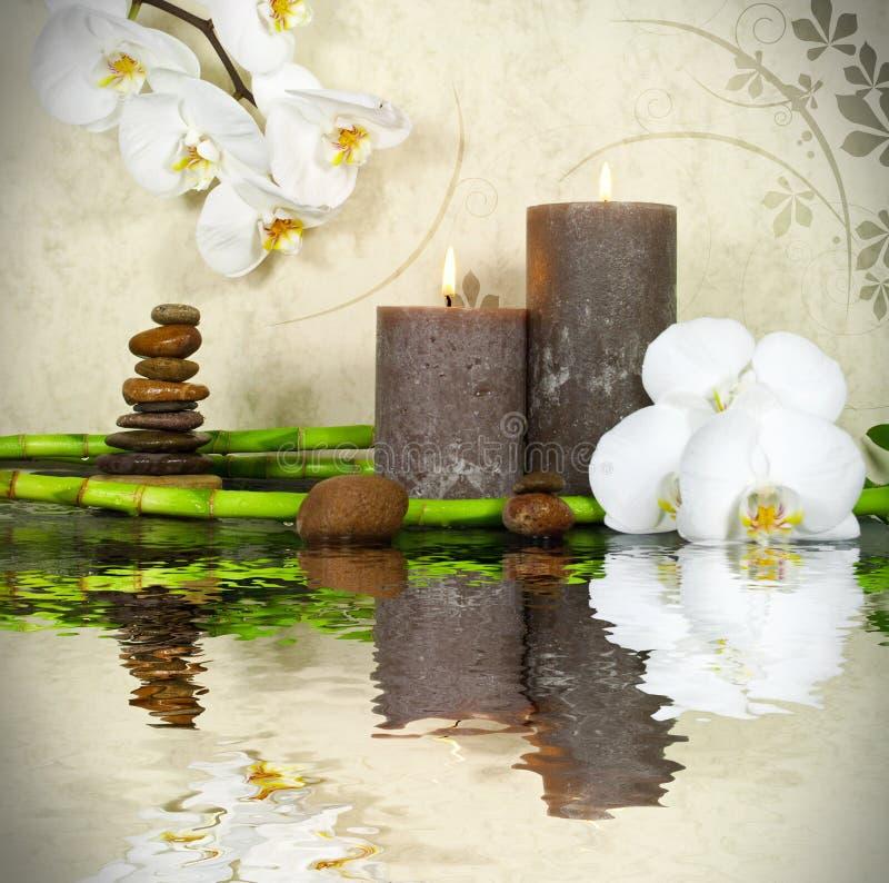 Wellness-Badekurort mit Blumen, Wasser und Kerzen lizenzfreies stockfoto