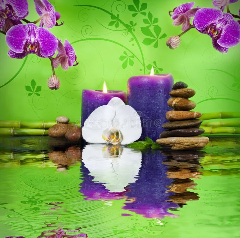 Wellness-Badekurort mit Blumen, Wasser und Kerzen stockbilder