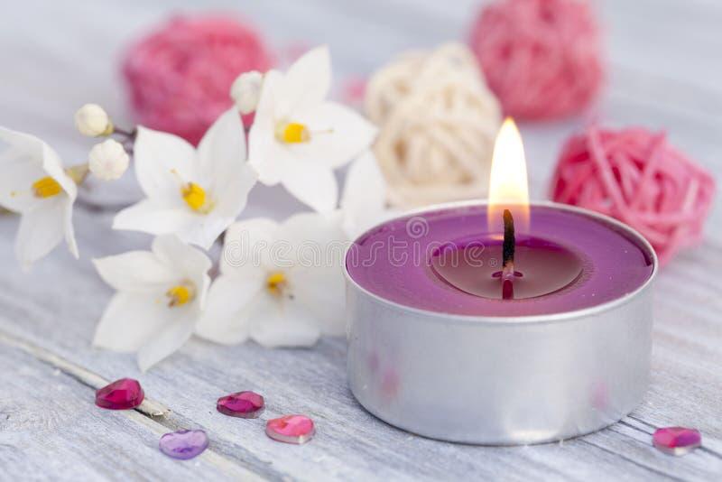 Wellness con l'indicatore luminoso della candela fotografia stock