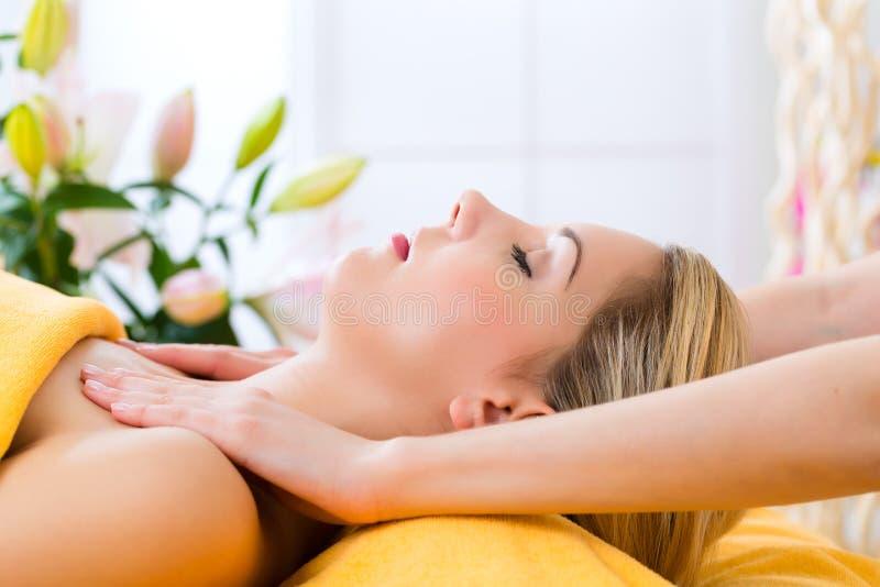 Wellness - donna che ottiene massaggio capo in stazione termale fotografie stock