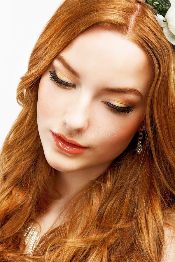 Wellness. Framsida av Serene Golden Hair Girl med slät ren sund hud. Naturlig makeup royaltyfri bild