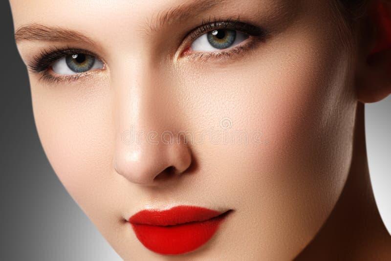 Wellness, Kosmetik und schicke Retro- Art Nahaufnahmeporträt von s lizenzfreie stockfotos